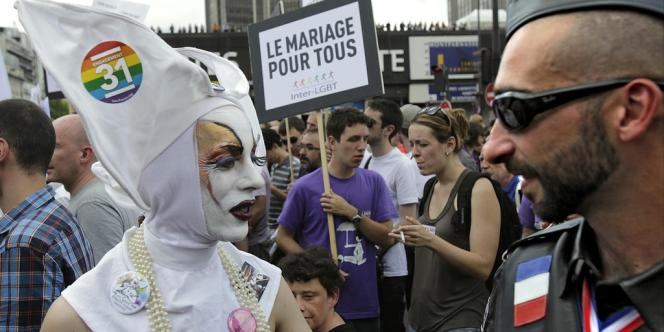 Des participants à la Gay Pride à Paris, samedi 30 juin.