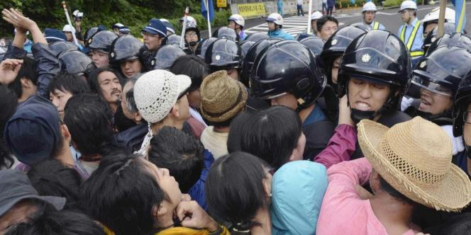 Heurts entre manifestants et policiers devant la centrale d'Ohi, le 1er juillet 2012.