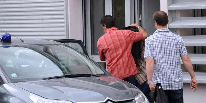 Des policiers accompagnent l'homme de 36 ans qui s'est livré aux gendarmes samedi en leur affirmant avoir tué la joggeuse Patricia Bouchon, le 30 juin 2012, à Vielmur-sur-Agout.