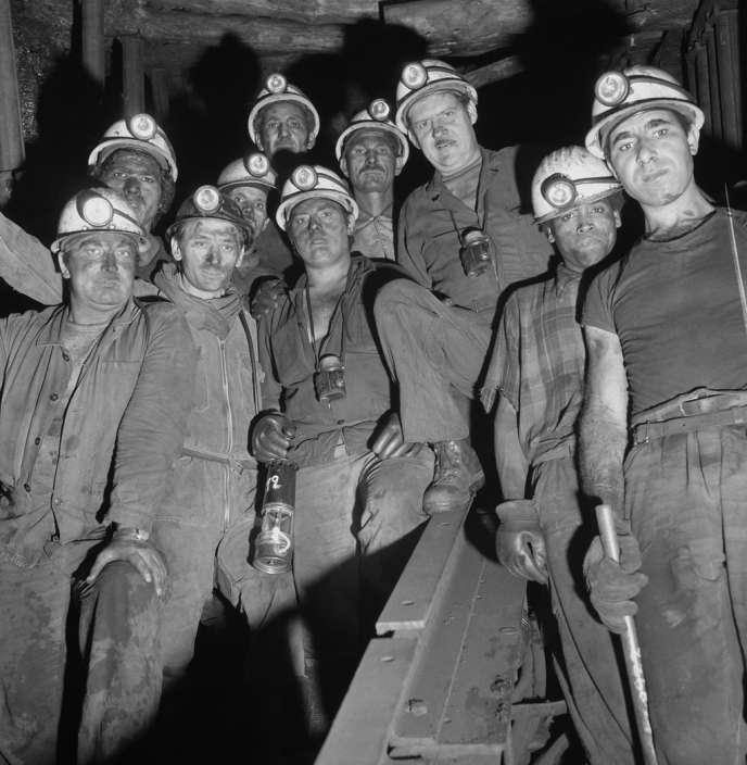 En 1963, les grèves se multiplient. La plus spectaculaire est celle des mineurs qui durera 35 jours. Leur revendication initiale concerne l'obtention d'une prime attribuée à EDF et que la direction de Charbonnages de France refuse de leur accorder.