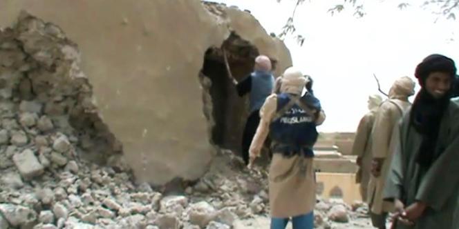 Des islamistes d'Ansar Eddine attaquent un mausolée à la pioche, le 1er juillet.