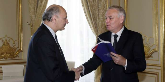 Jean-Marc Ayrault reçoit l'audit de la Cour des comptes des mains de son président, Didier Migaud, lundi 2 juillet.