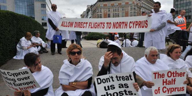 Des Chypriotes turcs manifestent le 27 juin 2012 devant le Parlement européen pour réclamer la fin de leur isolement. On peut notamment lire sur les panneaux