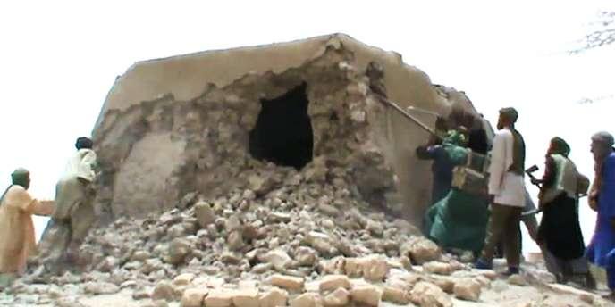 Capture d'écran d'une vidéo montrant la destruction d'un mausolée, à Tombouctou, par des membres d'Ansar Eddine.