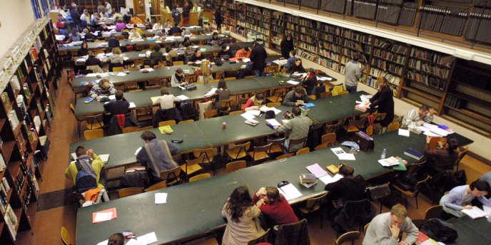 A la bibliothèque de l'Institut d'études politiques (IEP) de Paris.
