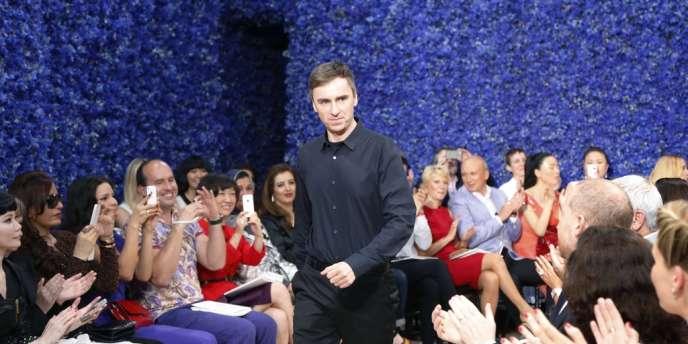 Raf Simons, vient saluer le public à la fin de son premier défilé haute couture pour la maison Dior.