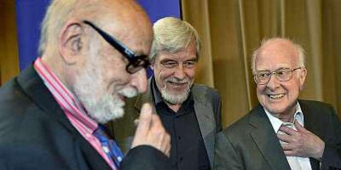 De gauche à droite : le physicien belge Francois Englert, le directeur du CERN, Rolf Heuer, et le physicien britannique Peter Higgs, à Genève, le 4 juillet 2012.