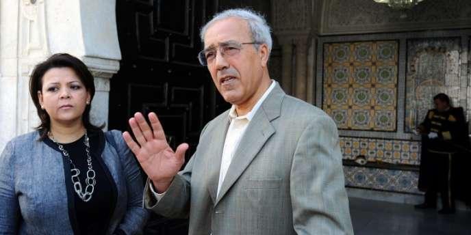Kamel Labidi, président de l'Instance national de la réforme de l'information et de la communication, après avoir remis un rapport sur les médias au premier ministre, à Tunis le 30 avril.