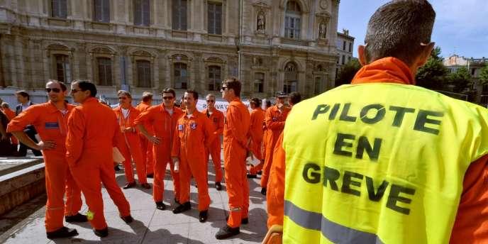Plus de la moitié des 88 pilotes de la base de Marignane manifestaient, mercredi 4 juillet à Marseille.