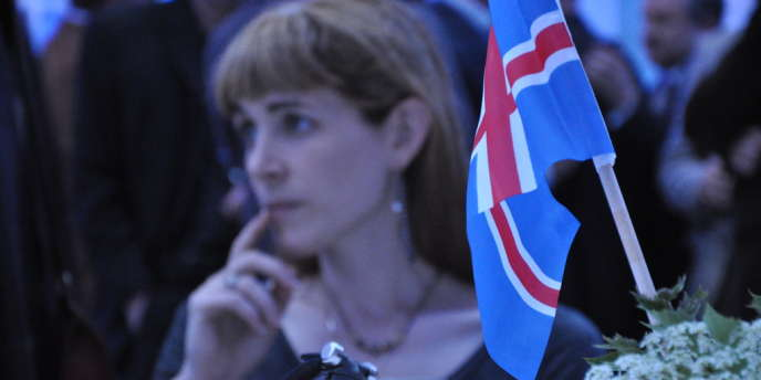 Une jeune femme attend les résultats de l'élection présidentielle, samedi 30 juin.
