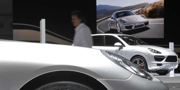 En décembre 2009, Volkswagen avait acquis 49,9 % de la branche voitures de sport de Porsche pour 3,9 milliards d'euros dans le cadre d'un accord permettant à la maison-mère Porsche SE, criblée de dettes, d'éviter l'insolvabilité.