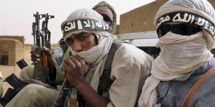 Hommes armés du groupe Ansar Eddine, dans le nord-est du Mali, le 16 juin.