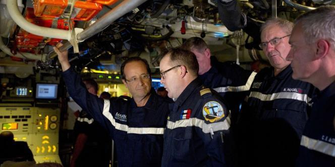 Le président de la République avec des officiers de marine à bord du