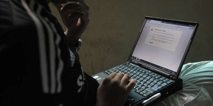 Un homme tentant de se connecter à Twitter au Pakistan, en 2012.