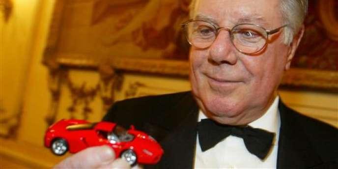 Sergio Pininfarina et un modèle réduit de la Ferrari Enzo, qu'il a dessinée.
