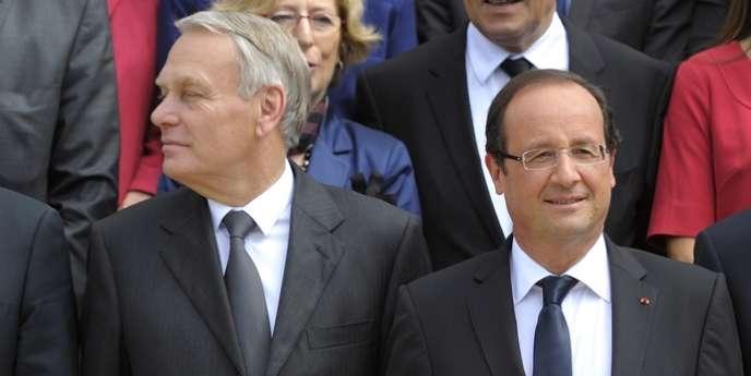 Jean-Marc Ayrault et François Hollande, lors de la photo de famille du gouvernement, le 4 juillet.