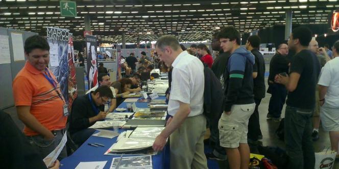 Sur l'artist's alley de la Comic Con, les dessinateurs et scénaristes (ici Ivan Reis, invité d'honneur) rencontrent leurs fans.