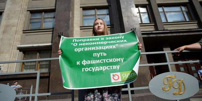 Une activiste manifeste devant la Douma russe, à Moscou, le 6 juillet, pour protester contre la nouvelle loi obligeant les ONG à s'inscrire comme