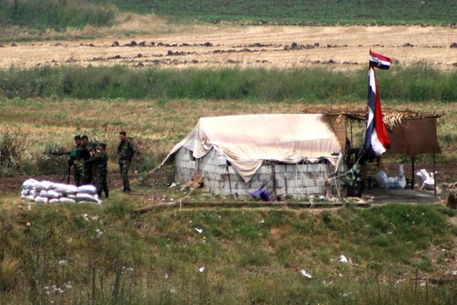Poste de l'armée syrienne photographié depuis le Liban, près de Dabusiyeh, à la frontière entre le nord du Liban et la Syrie, le 19 juin 2012.