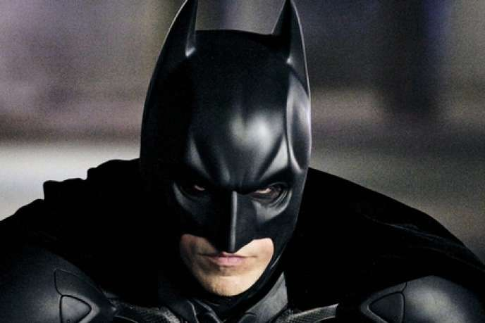 Batman (Christian Bale) reprend du service dans un Gotham jusque-là nettoyé du crime.