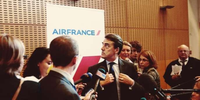 Le PDG d'Air France, Alexandre de Juniac (au centre), le 21 juin 2012, à Roissy.