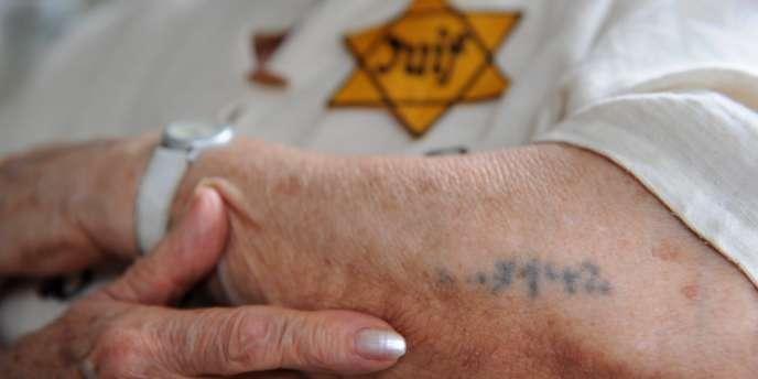 Sarah Montard, 84 ans, l'une des survivantes de la rafle du Vel d'Hiv, montre son tatouage d'identification au camp de Birkenau, le 5 juillet à Tremblay-sur-Mauldre, en région parisienne.