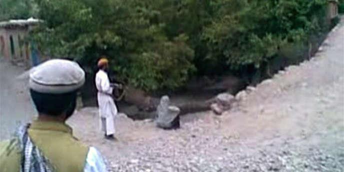 Capture d'écran d'une vidéo montrant l'exécution d'une femme dans une région reculée de l'Afghanistan.