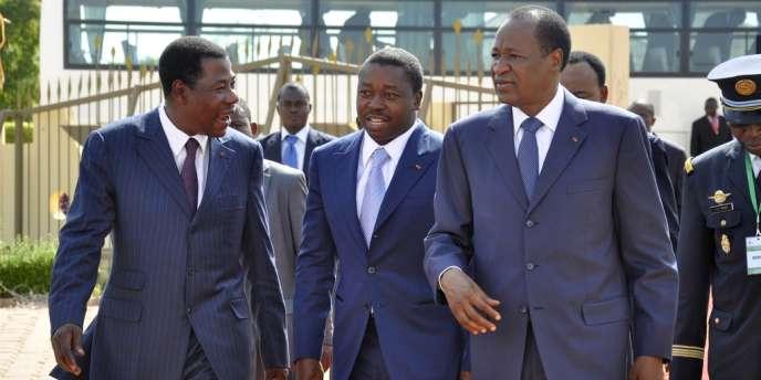 Le président du Bénin Thomas Boni Yayi, le président du Togo Faure Gnassingbe, et le président du Burkina Faso Blaise Compaoré (de gauche à droite), le 7 juillet à Ouagadougou pour un sommet sur la crise au Mali.