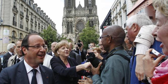 François Hollande et Angela Merkel devant la cathédrale de Reims dimanche 8 juillet.