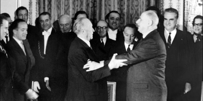 Le 22  janvier 1963, le général de Gaulle et le chancellier allemand Konrad Adenauer après la signature du traité de l'Elysée.