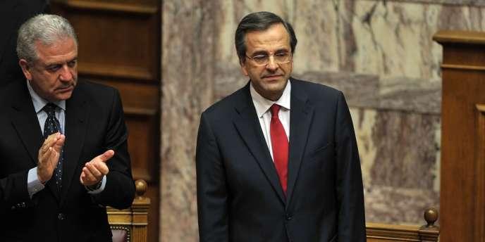 Le nouveau premier ministre grec, Antonis Samaras, est applaudi par son ministre des affaires étrangères au Parlement grec, le 8 juillet 2012.