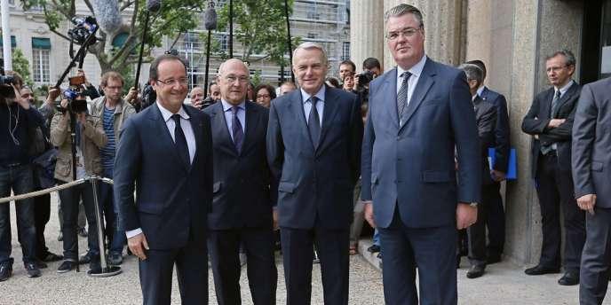 François Hollande aux côtés du ministre du travail, Michel Sapin, du premier ministre, Jean-Marc Ayrault, et du président du Conseil économique, social et environnemental, Jean-Paul Delevoye, à  Paris, lundi 9 juillet.