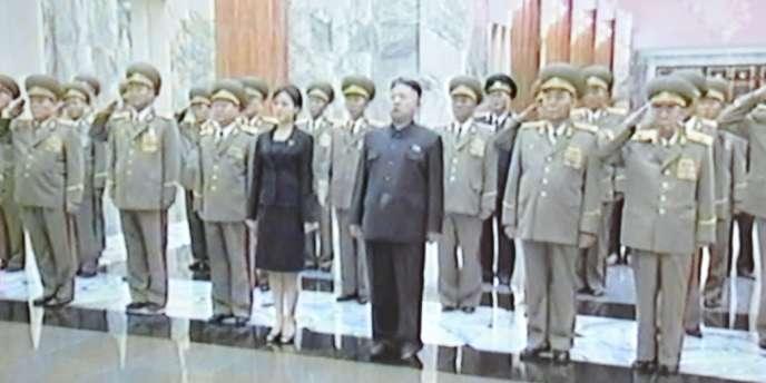 La télévision nord-coréenne a montré dimanche les images d'une jeune femme aux côtés de Kim Jong-un, lors d'un hommage à Kim Il-sung, grand-père du dirigeant actuel et fondateur de la Corée du Nord, mort en 1994.