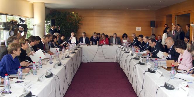 François Hollande, entouré des membres du gouvernement face aux partenaires sociaux, au Conseil économique, social et environnemental, à Paris, lundi 9 juillet.