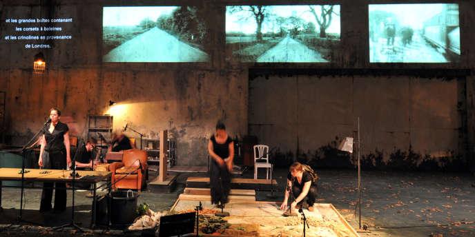 Julia Wieninger (à gauche) lors d'une répétition de la pièce