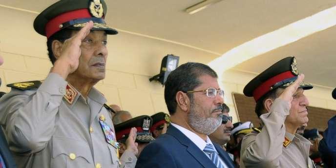 Le président égyptien, Mohamed Morsi, entouré par deux militaires, mardi 10 juillet.
