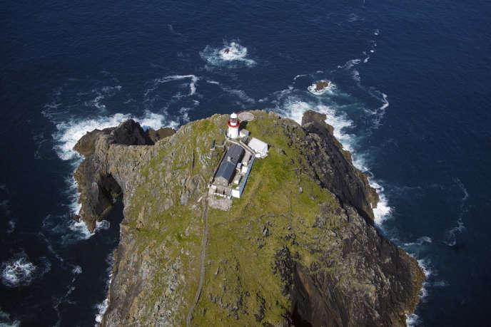 Photo aérienne du phare de Blackrock Mayo au nord de l'île de Achill Head à la pointe ouest de l'Irlande.