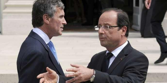 Le ministre délégué au budget, Jérôme Cahuzac, et le président de la République, François Hollande, dans la cour de l'Elysée, le 4 juillet.