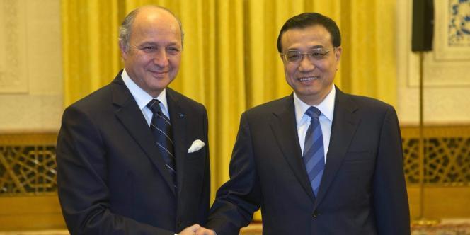 Le ministre des affaires étrangères français Laurent Fabius avec le vice-premier ministre chinois Li Keqiang lors de sa visite en Chine, le 10 juillet.
