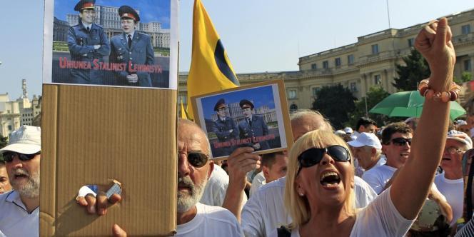 Manifestation le 5 juillet à Bucarest contre le nouveau gouvernement roumain. Sur la pancarte, le premier ministre, Victor Ponta, et le président du Sénat, Crin Antonescu, nouveau président par intérim, habillés en uniforme de police.