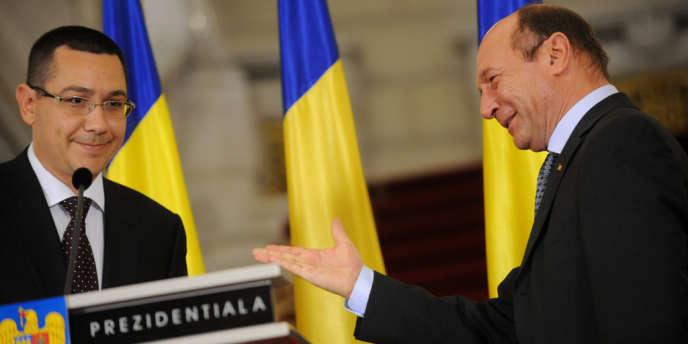 Le président Traian Basescu (à droite) et le premier ministre Victor Ponta, lors de sa nomination officielle, le 27 avril 2012.