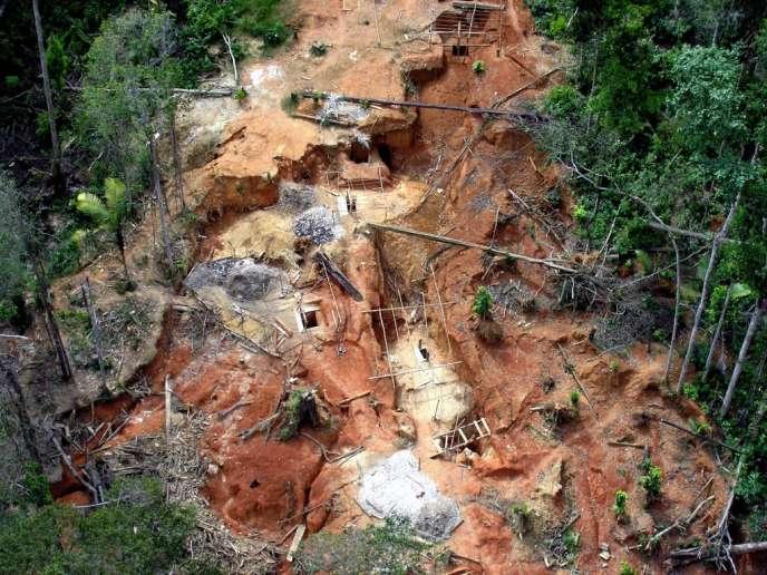 Photo de l'armée française montrant une mine d'or exploitée illégalement en Guyane, en 2012.