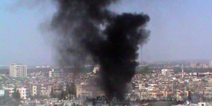 Une photo mise à disposition par le réseau de l'opposition Shaam News Network le 12 juillet montre de la fumée s'échappant d'un quartier de Homs le 11 juillet.