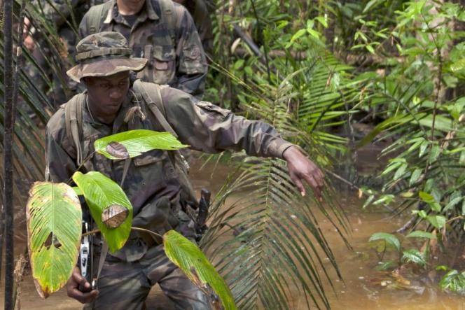 Photo de l'armée française montrant des militaires français patrouillant dans la jungle amazonienne en Guyane à la recherche de chercheurs d'or illégaux.
