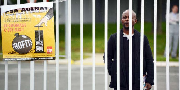 Un employé de PSA devant l'usine de production d'Aulnay-sous-Bois, le 12 juillet.