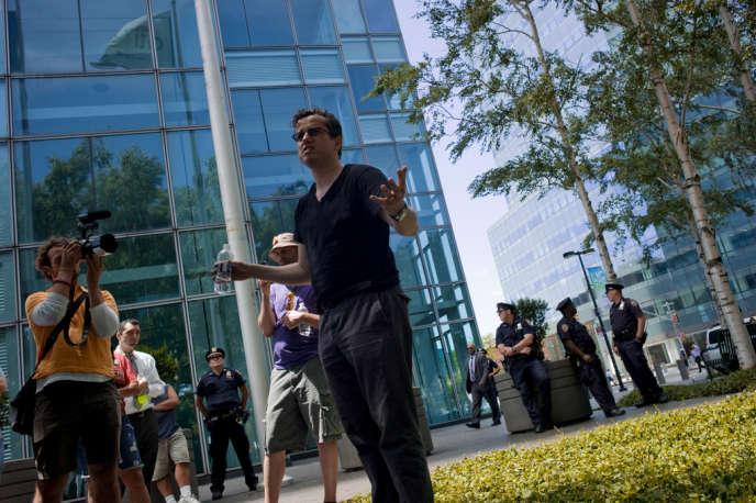 Carne Ross, fondateur de l'ONG Independent Diplomat, anime un rassemblement devant le siège  de CitiBank à Long Island, le 27 juin.
