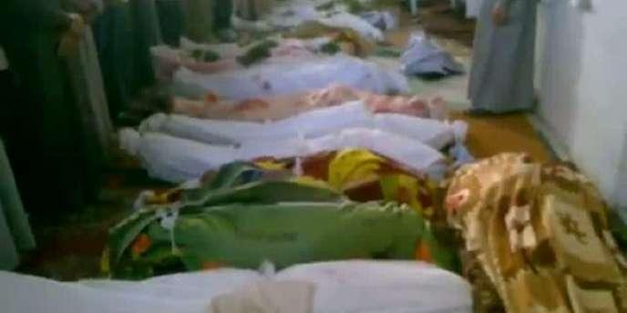 Image extraite d'une vidéo postée sur YouTube, qui prétend montrer les corps de victimes du massacre de Treimsa, dans la province de Hama.