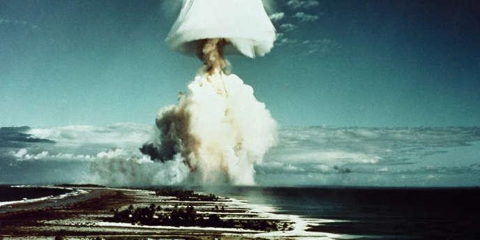 Explosion d'une bombe française sur l'atoll de Mururoa, en juin 1970.