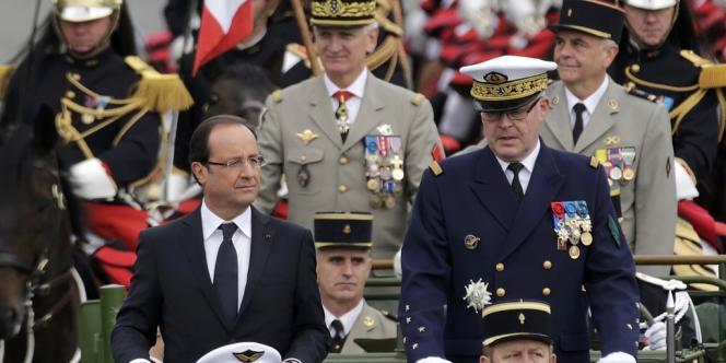 François Hollande passe en revue les troupes, le 14 juillet.