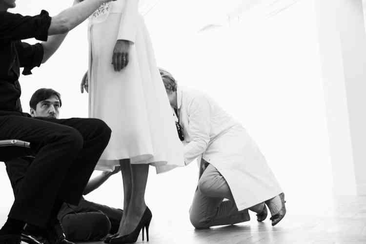 """""""J'ai le plus grand respect pour  les ateliers. Ma première rencontre avec toutes les équipes était très émouvante. Elles aiment relever les défis. Nous nous sommes tout de suite  mis au travail. Et je me suis très  vite senti comme faisant partie  de cette grande famille Dior."""" Photo : Dior couture"""